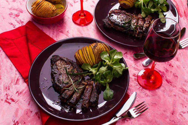 Stek wołowy z ziemniakami Hasselback. #stek #ziemniaki #kolacja #walentynki #smacznastrona #tesco #przepisy