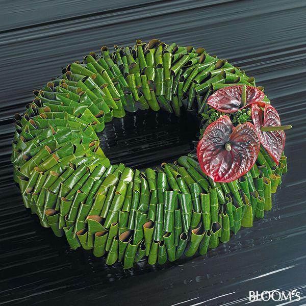 Moderne Trauerfloristik: Trauerkränze mit Blattwerk und Blütenschmuck - Magnolienblätter-Kranz