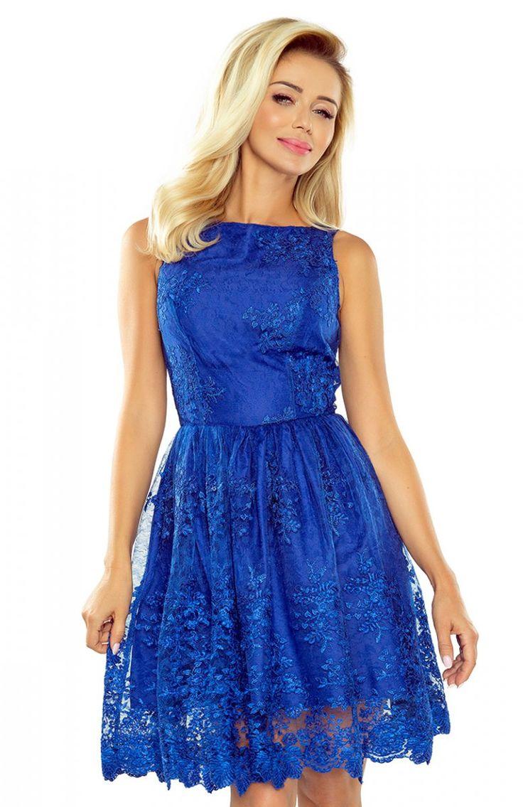 Numoco 173-1 sukienka chabrowa Przepiękna sukienka w chabrowym kolorze, wykonana z przepięknie haftowanego materiału, dekolt pod szyję