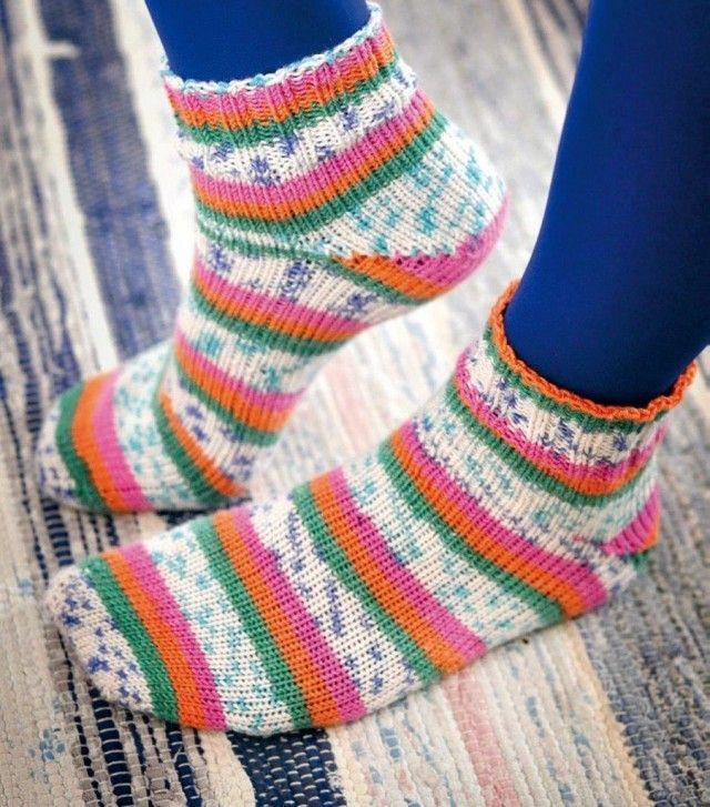 Sokker kan strikkes på mange ulike vis, og en av måtene er å strikke sokkene i fra tåen og opp. Dette kalles för tå-opp-sokker. I denne oppskriften strikkes også begge sokkene parallelt med magic loop.