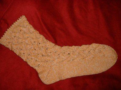 Socken in einem schönen Lochmuster, das am besten bei einfarbiger Wolle wirkt Ich hab 64 Maschen angeschlagen Nadelstärke 2 1/2 Wolle von Ewa im Farbton Maracuja Bündchen ist im Mäusezähnchen-Muste…