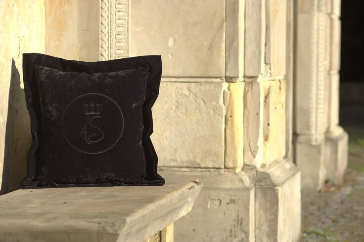 Luxury velvet pillows by Art Sublime. #poduszkiozdobne #interiordecoration #poduszkidekoracyjne #decor #luxury #luxuryfurniture #wnętrza #extravagance #elegant #handmadefurniture #luxurygoods #luxuryglam #interiordesign #dekoracja #homedecor #interiorstyling #homedecorating #interiorinspiration #luxurygoods #extravagance #archidaily #interior #designporn #architektwnetrz #projektantwnetrz #wnetrza #interiordecor #home #architektwarszawa #poduszki #poduszkiaksamitne #pillows #cushion