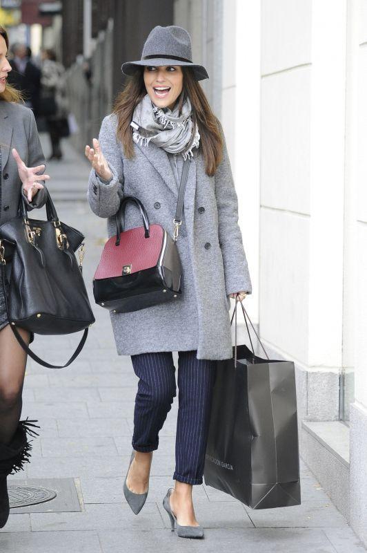 Duelo de estilo Paula Echevarria con abrigo de Zara y bolso de Furla