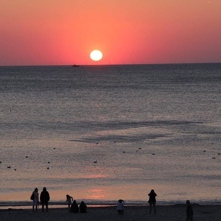 Und so ruhig geht es an Silvester auf Sylt zu ...  Ingrid Rathje #goflypside_de #flypside #newapp #sylt #westerland #nordsee #sonnenuntergang #sunset #northsea #germany #sun #sonne #sea #light #traveling #travel #travelblog #travelblogger #reise #reiseblog #reiseblogger #urlaub #nordseeliebe #nordfriesland by goflypside_de