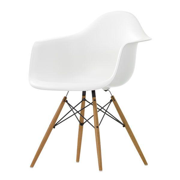 Charles ja Ray Eamesin 1950-luvulla suunnittelemat muovituolit ovat design-ikoneja, joiden suosio piilee niiden ajattomuudessa, ergonomiassa ja erilaisissa jalkavaihtoehdoissa. Alkuperäinen malli lasikuituisella istuinosalla oli ensimmäinen teollisesti valmistettu muovituoli – nykyään istuin valmistetaan polypropyleenistä.