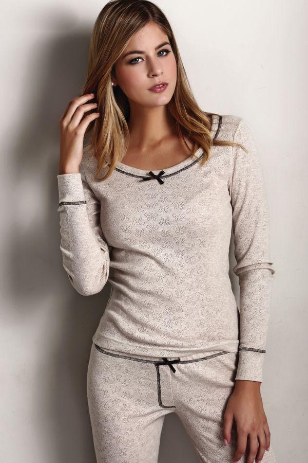 Bardzo wygodna, z wysokiej jakości materiału, przyjazna dla skóry - taka właśnie jest damska piżama ELISA. Długie rękawy i nogawki zakończone są miłą w dotyku dzianiną.