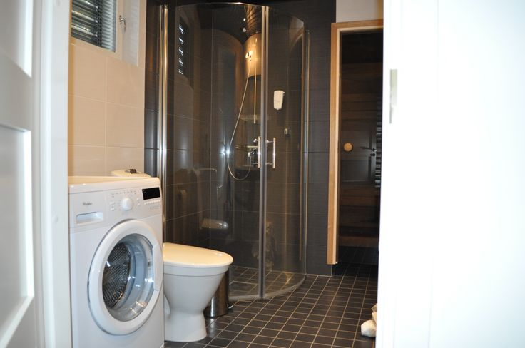 Tilava pesuhuone, sauna. Talossa myös erillinen wc.