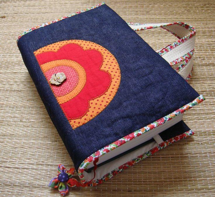 Capa para livro em patchwork confeccionada em tecido de algodão, estruturada com manta acrílica, com aplicações, marcador de páginas e alças para carregar Medidas aproximadas : A=27cm X L=43 cm (capa aberta) . Cabe um livro de 8 cm de espessura. Serve nos livros : (Vade Mecum e Código de Processo Civil) . Para outras medidas de livro, é só entrar em contato.