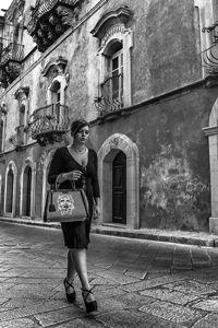 Una borsa di un'eleganza quotidiana: uno scrigno contenente tutto l'oro della cultura, in cui sono racchiuse non solo Ragusa e la sua storia, ma anche Lucca, Torino, e altre città italiane. www.monyagrana.com