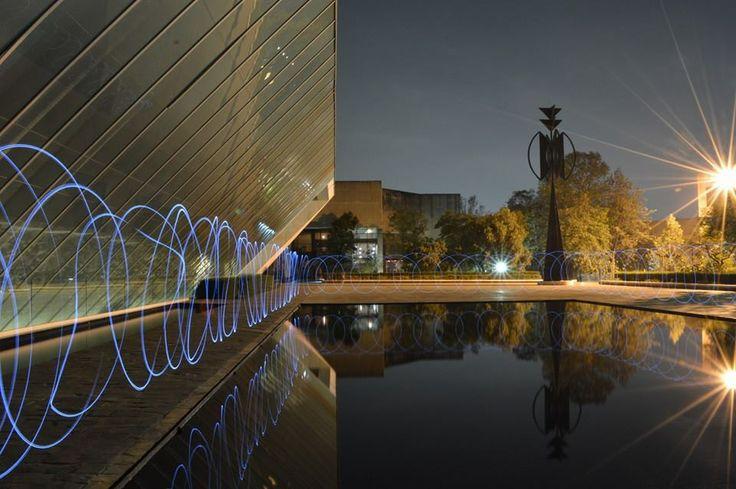 La noche y el brillo del CCU son el marco de muchas expresiones culturales que cobran vida en salas equipadas e instalaciones adecuadas para cada una de las disciplinas artísticas que la UNAM fomenta. Fotografía: Mario Ponce