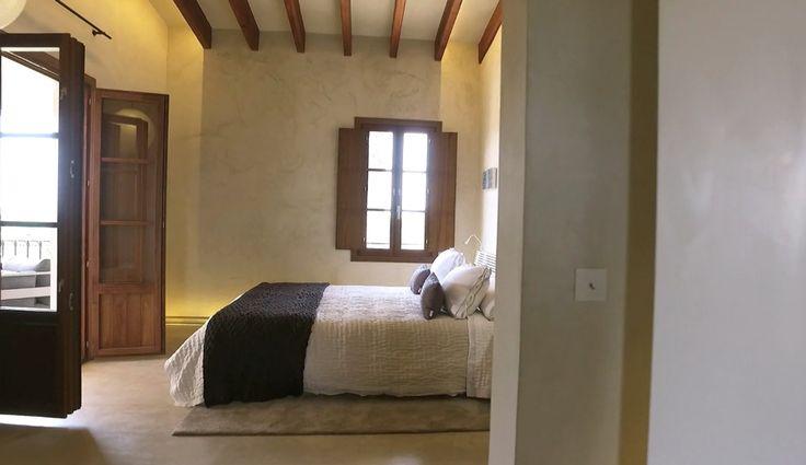La tranquilidad de Ibiza se puede disfrutar por mar, pero también hay perlas escondidas en tierra que hoy te descubrimos. El hotel Xereca es un lugar donde perderse para encontrarse, un pequeño gran oasis de paz a escasos minutos de la ciudad de Ibiza. Epicentro del silencio, para evadirse de la temporada alta. Se trata
