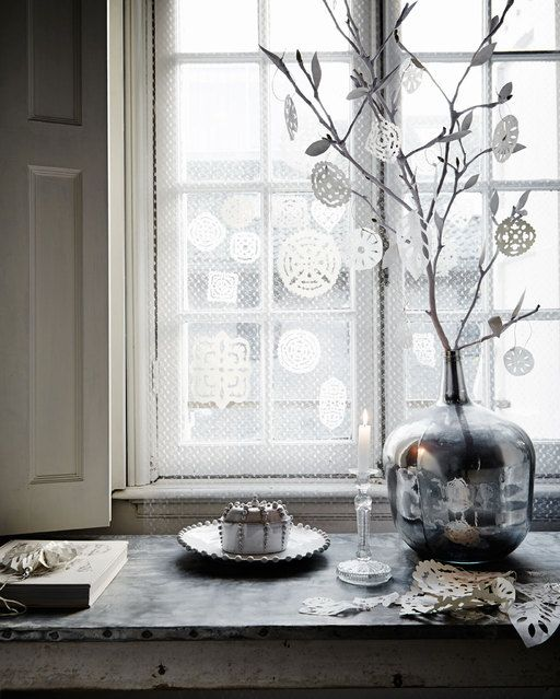 Love the branches with snowflakes even though Im not a big fan of white everything.