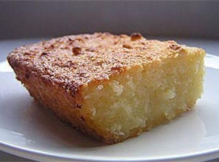 Receita de Bolo de Aipim com Coco - bolo: Numa tigela grande misture bem as gemas com a margarina e o açúcar com um batedor de claras ou uma colher de pau. Acrescente o aipim...