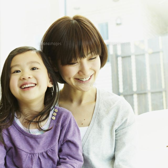 笑顔の女の子と母親 (c)hi-bi