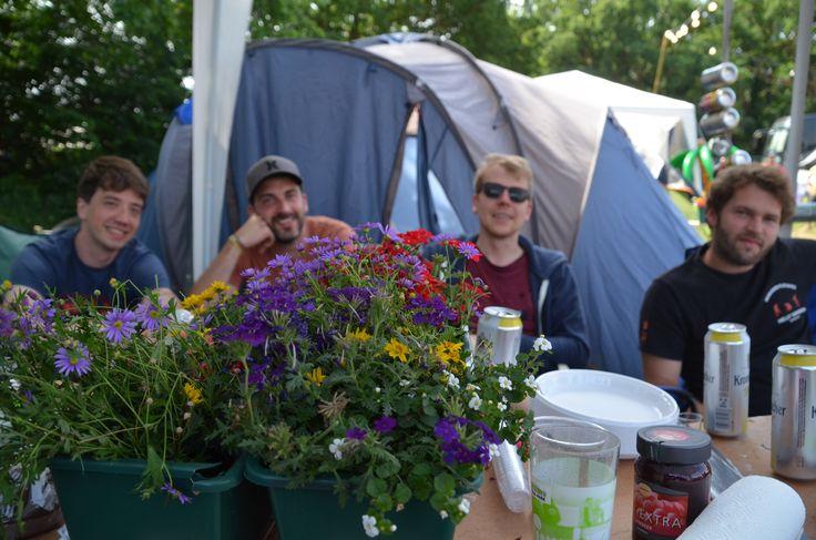 Wie schön, wenn auf dem Tisch neben Bier auch noch Platz ist für Blumen. Foto Käfer