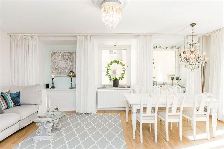Ljust vardagsrum med plats för soffa & matbord