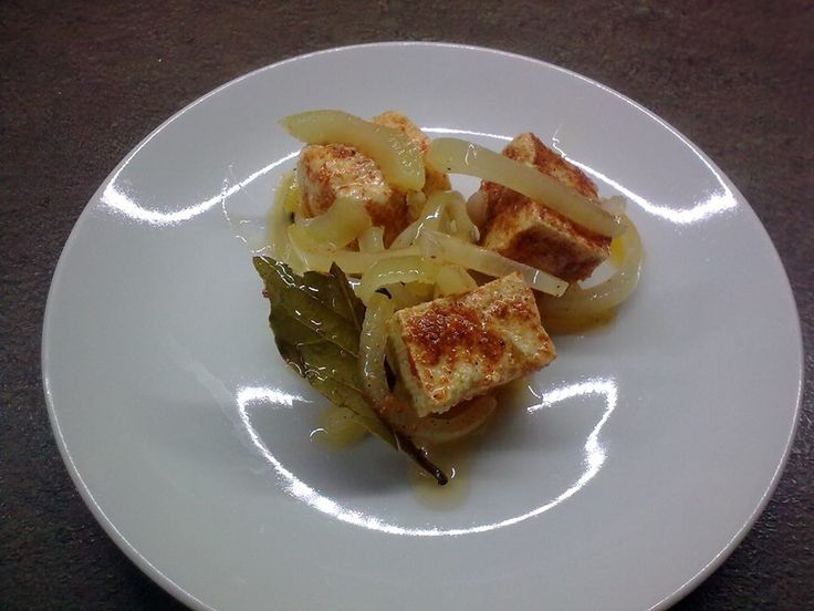 Kytičkový den - tofu naložený a la hermelín.K tofu přidat hodně cibule,celý pepř,nové koření,bobkový list, každý kousek tofu posypat grilovacím kořením, naskládat do sklenice a zalít olejem a dát na 10dní do lednice.