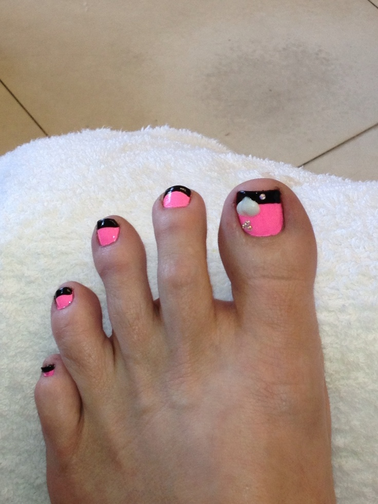 Not so much the  heart, but I do like the idea of pink with black French tips.