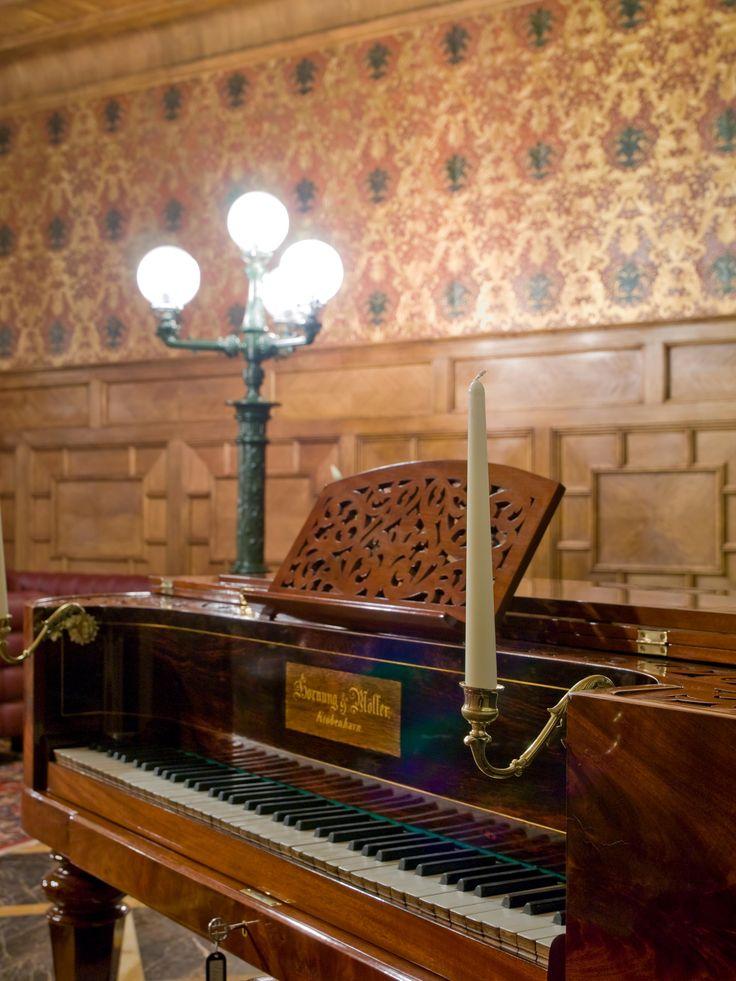 Cabin piano, Main lobby
