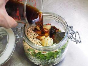 【意外な材料で】卵かけご飯はもう「このタレ」でしか食べたくない!【簡単調味料レシピ】 | エンタメウィーク☺︎ニラ醤油【材料】作りやすい分量 にら 1束(100g) 生姜薄切り 3枚 にんにく 1かけ ピーナッツ 20g タカノツメ 1本 白いりごま 大さじ1 昆布 2cm×5cm位 しょう油、みりん 各1/2カップ(100ml) 酢 小さじ1 ごま油 大さじ1