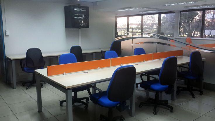 Sala de trabajo: cómodas mesas de trabajo interior, ideales para cuando desarrolles proyectos con partners