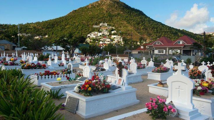 Johnny Hallyday a été inhumé ce lundi soir au cimetière de Lorient, sur l'île de Saint-Barthélémy, dans les Antilles françaises. Une soixantaine de personnes ont accompagné la dépouille du chanteur, mort dans la nuit de mardi à mercredi dernier. Plusieurs dizaines de bikers ont suivi le cortège. 11 Décembre 2017.