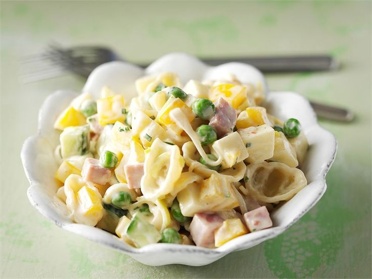 Kinkku-pastasalaatti sopii mainiosti vapun piknikille. Se on myös mukava arkinen lounassalaatti: voit valmistaa sen edellisenä iltana jääkaappiin maustumaan.