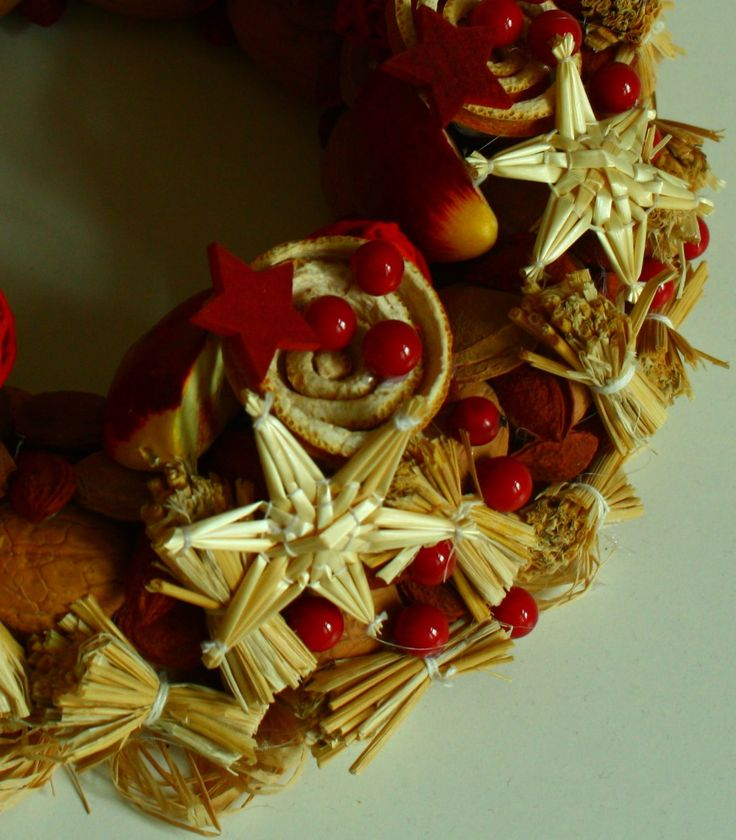 Vítací věnec Ozdobný věnec z tónovaných přírodních materiálů. Je vyroben ze skořápek oříšků, pecek, trávy, slámy, sušených pomerančů, pomerančové kůry, šustí, lýka a přízdob. Upevněn je na pevném slaměném korpusu. Korpus je obalen přírodním papírem. Ze zadní strany je poutko na zavěšení. Na dveře se dá pověsit za delší pruh lýka, nebo stuhu. ...