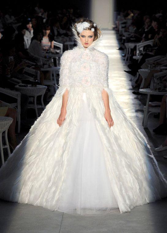 まるで女王様!全身にフェザーをあしらったシャネルのドレス♪ ハイブランドのウェディングドレス・花嫁衣装の一覧。