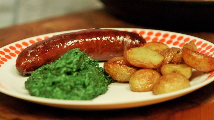 I serien om dansk tradisjonsmat reiser brødrene Price til Bornholm, og får prøve stekt pølse, grønnkålstuing og pannestekte poteter. Her er deres oppskrift.