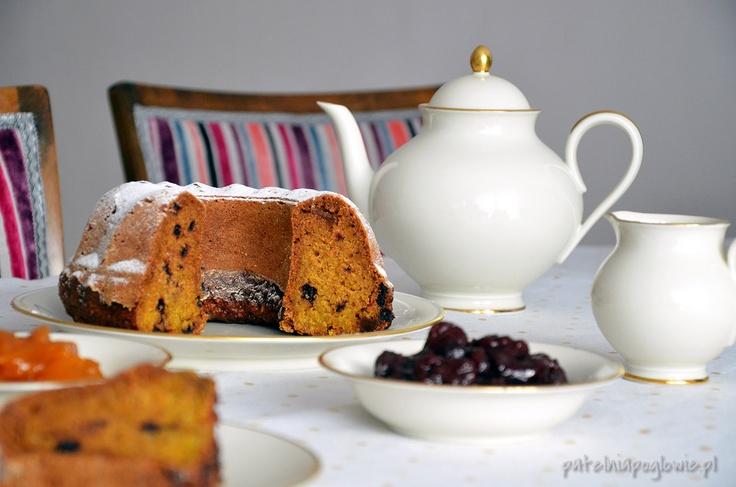 Pumpkin cake with big raisins and homemede jam.