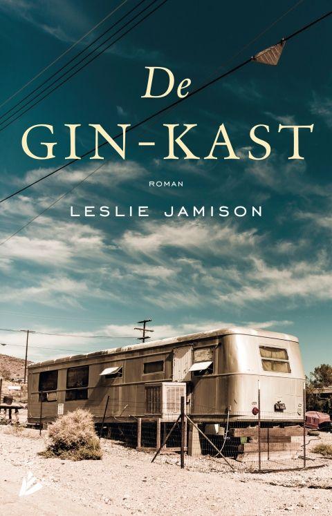 De gin-kast - Leslie  Jamison - roman | Tilly is een verloren ziel: ze verliet het ouderlijk huis voordat ze volwassen was, op zoek naar het echte leven. In plaats daarvan belandde ze in de holle onderwereld van Nevada, waar ze enkel slechte gewoontes opdeed. Op een dag staat haar nichtje Stella op de stoep, die op haar manier een leven van lege beloftes heeft geleid in New York. Hoewel Stella op het eerste gezicht een redder in nood lijkt, blijken beide vrouwen aan de afgrond te wankelen.