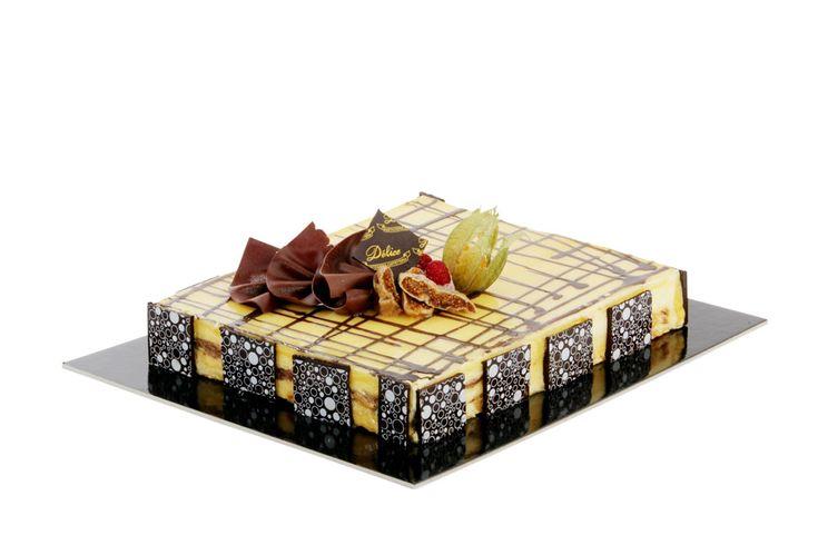 Bayleis. Delicata #mousse al cioccolato bianco e #bayleis, su pan di spagna e mandorle caramellate.