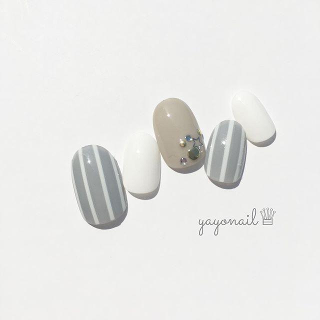 シンプルストライプネイル💅 グレー×ベージュ×白のベーシックな色の組み合わせとっても落ち着く(笑) 中指のパーツはセリアで購入したメタル&スタッズネイルシールです。 貼るだけ簡単♪ 気を付けていたつもりなのに中指に埃が…😱 . 【使用ポリッシュ】 ADDICTION 006 Moonwalk TMマニキュアB ホワイト SMELLY タメイキ ちふれ ベースコート ネイルネイル ボリュームジェルトップコート セシェヴィート トップコート . 【使用パーツなど】 しずくネイルシール ボーダー セリア メタル&スタッズネイルシール . #セルフネイル #セルフネイル部 #セルフネイラー #ストライプネイル #ポリッシュ #ポリッシュネイル #addiction #addictionnail #アディクション #アディクションネイル #smelly #スメリー #スメリーネイル部 #セリア #nail #ネイル #セシェヴィート #セシェ #ロカリネイル #ネイルサークル