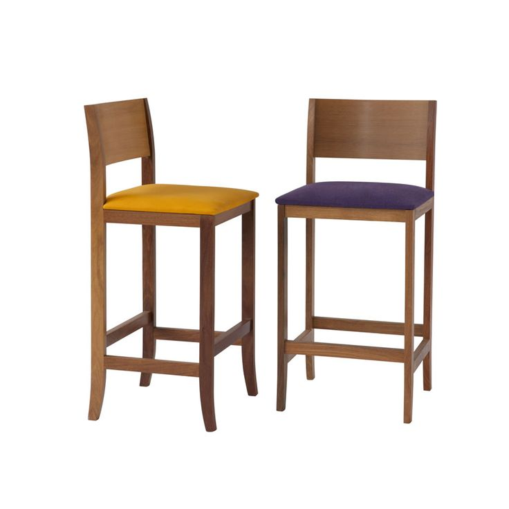 Cadeira Nô Alta em FJ por Fernando Jaeger. De linhas retas e com estrutura em madeira natural, a Cadeira Nô Alta é uma peça que combina com diversos tipos de ambientes. Pode ser usada em bancadas ou mesas altas e está disponível em2 alturas. Seu assento pode ser estofado em diversos tipos de revestimento.