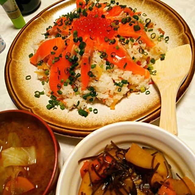 他のメニューは  煮物(さつまいも、にんじん、はんぺん、細切り昆布)*味噌汁(白菜、しめじ、豆腐) *ちらし寿司(かんぴょう、にんじん、しいたけの混ぜご飯にサーモンとイクラのせ)  ちらし寿司は、二人とも大好きです。 - 13件のもぐもぐ - 簡単ちらし寿司♪   #ちらし寿司の日(6月27日)   #夕飯 by shizukagooo