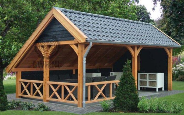 De Kapschuur De Hoeve XL van Douglas hout is een echte eyecatcher. De afwerkingsgraad is zeer hoog en de prijs toch betaalbaar. Afmetingen: 635 x 440 x 375 cm.