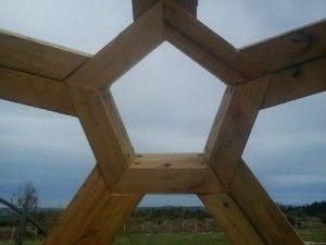 Los domos geodésicos son cúpulas de vidrio y madera con una larga tradición. Aprende por qué deberíamos construirlas y cómo hacerlo tú mismo.