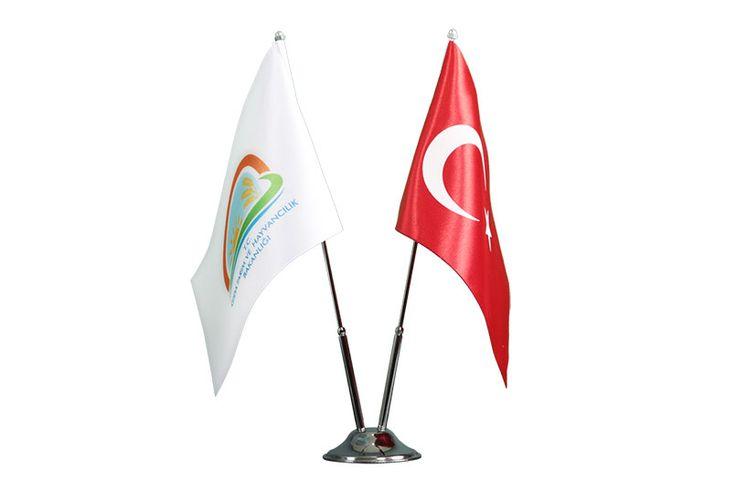 İkili Masa Bayrak Takımı ; Kenarları sıcak kesim ile kesilmiş Çift kat saten kumaşlı, bir bayrakta firmanızın logosunun basılı olduğu diğer yanında anlı şanlı Türk bayrağımızın bulunduğu, çalışma masanızı güzelleştirecek, paslanmaz krom kaplama bacak ve ayağa sahip ürünümüzdür.