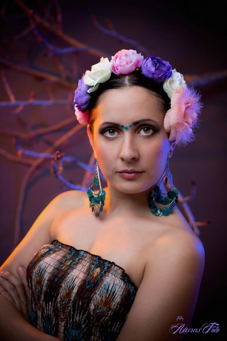 """Å ta bilde av  """" Frida """" har jeg planlagt veldig lenge: her er hun i min versjon:-)    Jeg synes Frida er en sterk og spesiell person som jeg ville gjenskape i mitt bilde    På første bildet brukte jeg studiolys og på andre bildet bare naturlig lys"""