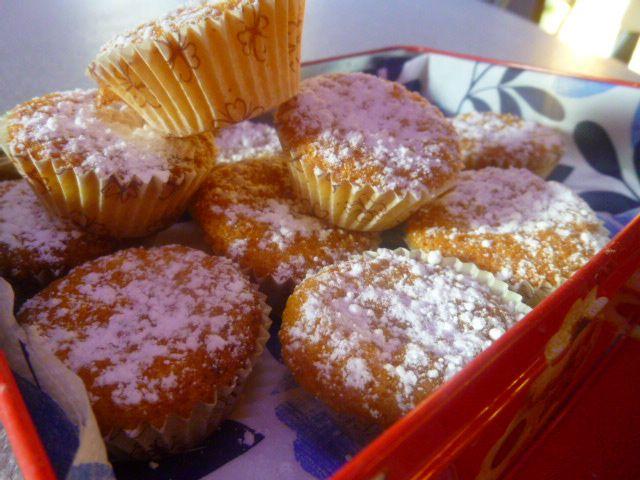 Mini muffin alle carote e mandorle, ricetta senza burro e farina. Small muffin with carrots and almonds. Vegan recipe.