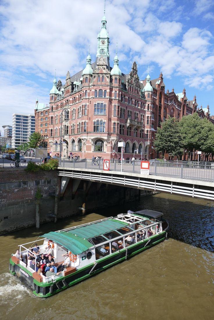 Hamburg, Speicherstadt, das schoene Gebaeude der HHLA und St. Annenfleet