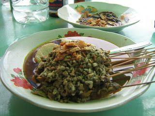 Lontong kupang atau kupang lontong adalah nama makanan khas daerah Jawa Timur. Bahan utama yang digunakan adalah kupang putih (Corbula faba H), yaitu hewan laut semacam kerang bentuknya kecil sebesar antara biji beras dan biji kedelai. Kupang yang telah dikupas dan dimasak, ditambahkan lontong dan lentho, kemudian diberi kuah petis dan sedikit perasan jeruk nipis. Untuk menghidangkan biasanya dipadukan dengan sate kerang, serta minuman air kelapa muda atau degan.