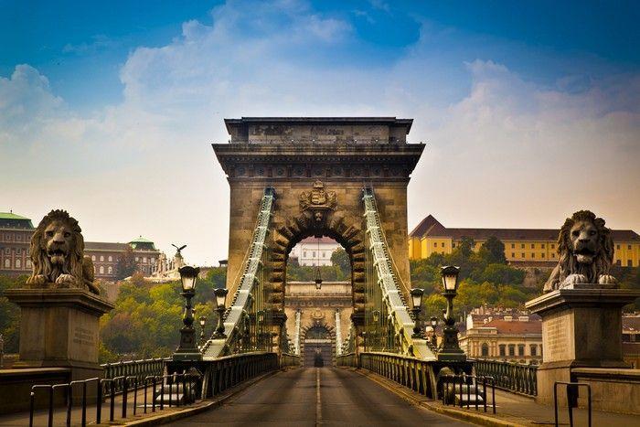 Széchényi Lánchíd   A Széchenyi lánchíd a Buda és Pest közötti állandó összeköttetést biztosító legrégibb, legismertebb híd a Dunán, a magyar főváros egyik jelképe.
