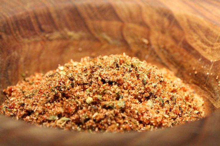 A gyros fűszerkeverék az egyik alapja a népszerű görög ételnek. Könnyen beszerezhető fűszerekből otthon is összeállítható. Kattints a receptért!