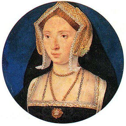 16世紀テューダー朝貴族女性。 GableHood(ゲーブルフード)=女性の髪飾り。切妻型の形をしている。(切妻造(きりづまづくり)とは屋根形状のひとつで屋根の最頂部の棟から地上に向かって二つの傾斜面が本を伏せたような山形の形状をした屋根。 広義には当該屋根形式をもつ建築物のことを指す) 16世紀イングランド。 フレンチフードは丸みを帯びた形状が特徴であるフード。髪形の上に着用され、背面に黒いベールが取り付けらている。着用時オデコは常時見えていた。 ヘンリー8世の2番目の妻であるアン・ブーリンがフランスから持ち帰り、イギリスに導入された(アンは新興富裕階級の純粋なイングランド人だが、フランスで教育を受けフランス宮廷に仕えていた)。 アンの死後、フレンチフードは後妻ジェーン・シーモアによって拒否・廃止されGableHoodへと変遷を遂げたが、ジェーンの死後、再びフレンチフードに戻った。 annehorenbout