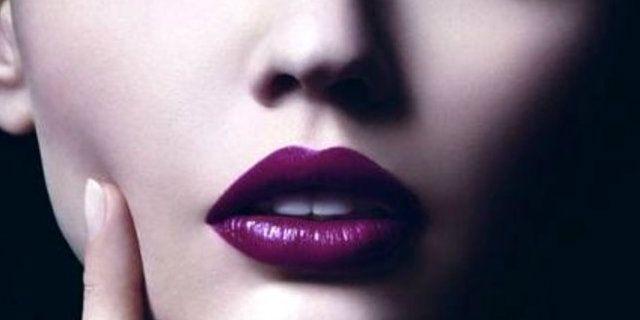 Temi che un bel rossetto viola non possa starti bene? Nulla di più sbagliato! Scopriamo insieme come scegliere la nuance adatta a te e come applicarlo.