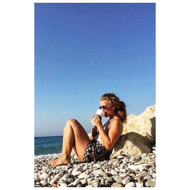 """"""" Dagens utflukt måtte avlyses da jeg muligens har pådratt meg senebetennelse under foten (yes, det går an). Klarer ikke tråkke ned på høyrefoten, og i natt har jeg ikke sovet fordi det har verket så voldsomt Kroppen min tåler fader meg ikke et par lange turer engang! For en dust Så da blir det morgenkaffe på stranda og en veldig lat dag ved bassenget☀️ #shithappens #nyterferienlikevel #happiness"""" Photo taken by @livefinnoy on Instagram"""