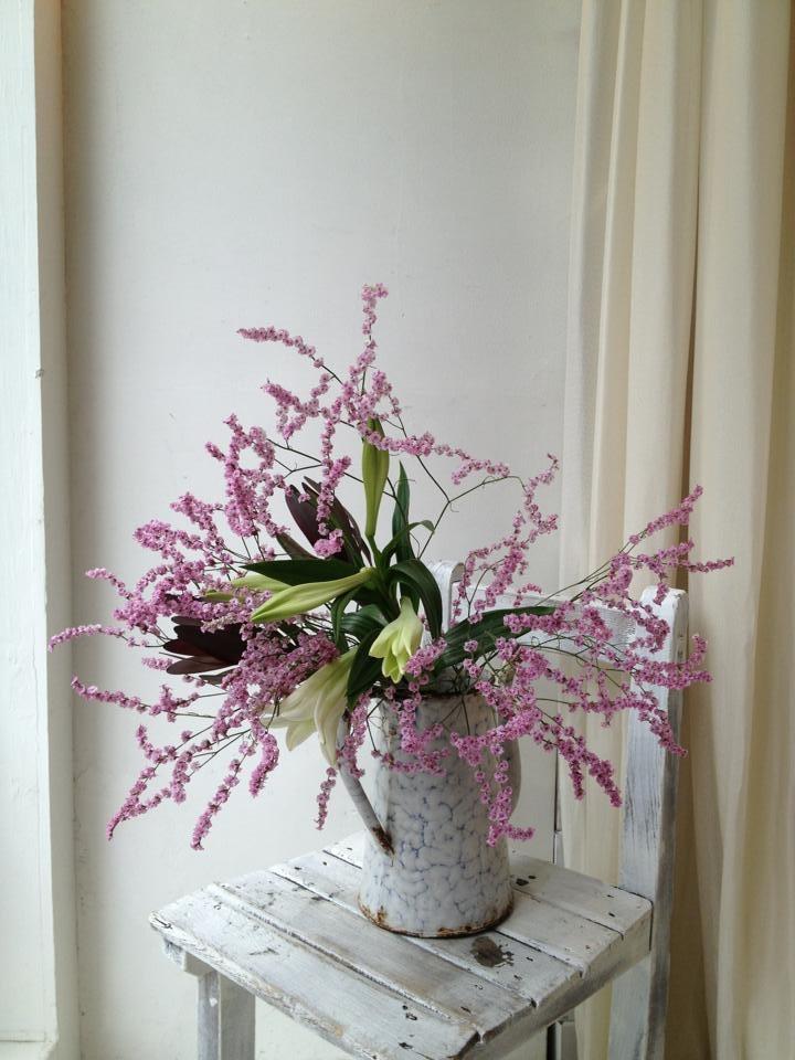 2013/05/27 今週は、ユリとピンクの花のスーパーレディー。名前の通り、鮮やかに躍動するうねりに力を感じます。スーパーボーイはないのかな?