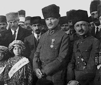 Mustafa Kemal Atatürk, Hipodrom'da General Refet Bele ile öksüz çocuklar yararına düzenlenen at yarışlarında... Ankara, 11 Kasım 1921